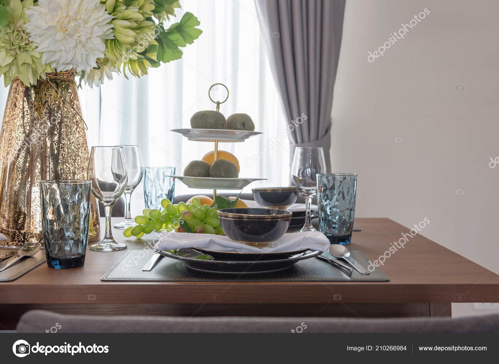 Tavolo moderno situato sul tavolo pranzo legno sala pranzo moderna