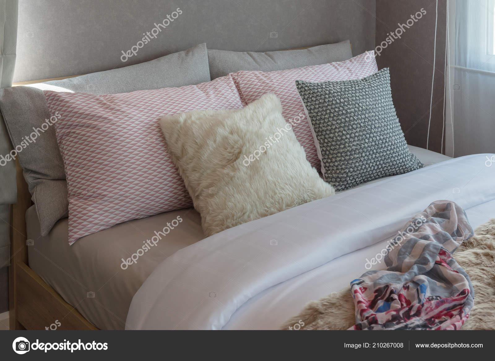Gemütliches Schlafzimmer Mit Süßen Farbe Kissen Auf Bett