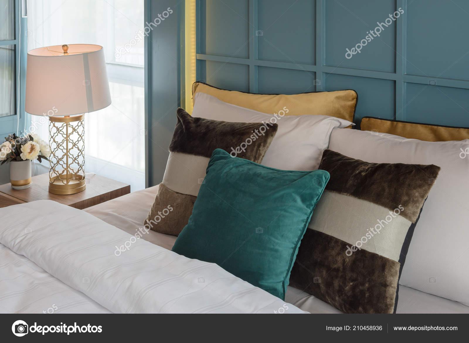 Luxe suite slaapkamer met set van kussens bed interieur decoratie