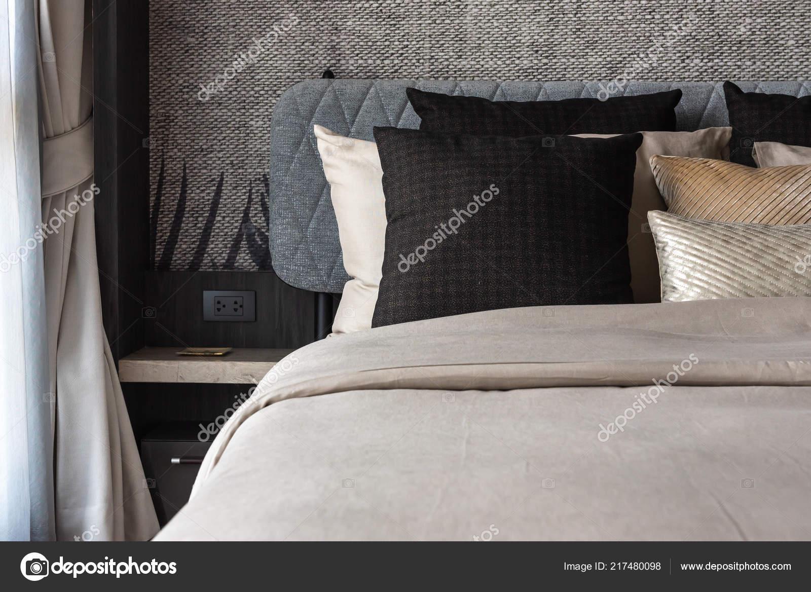 Moderne slaapkamer met opmaakset kussens bed interieur decoratie
