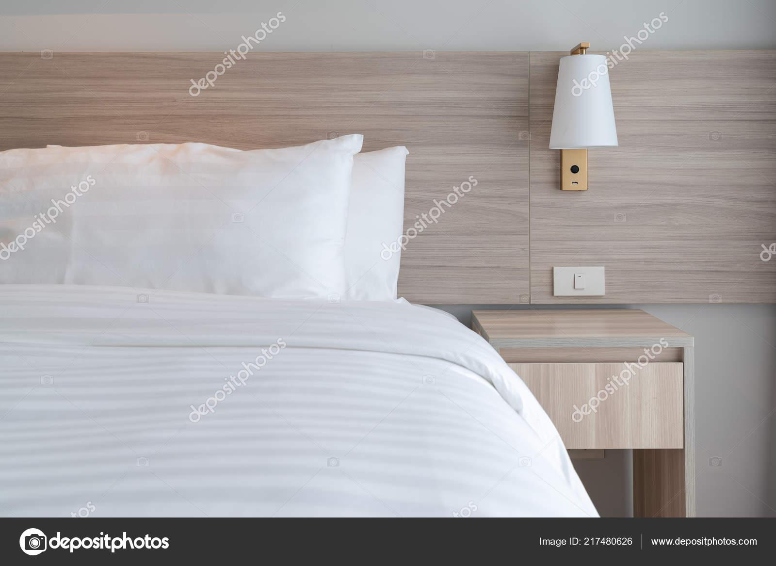 Moderne slaapkamer met houten bed witte kleur toon kussens interieur