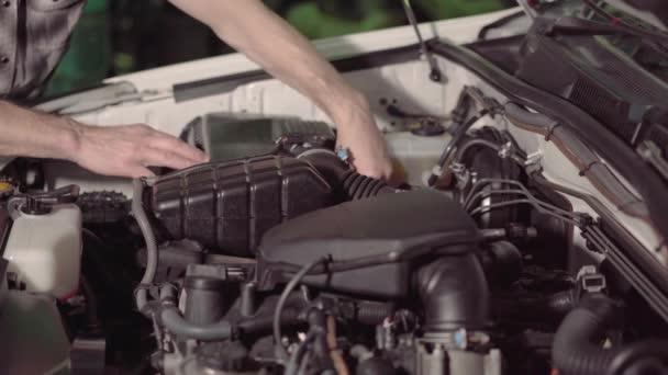 automechanik, kontrola motorový olej a vzduch filtrovat kontroly pro odstraňování potíží a opravit v garáži nebo auto opravy shop.4k,30fps.