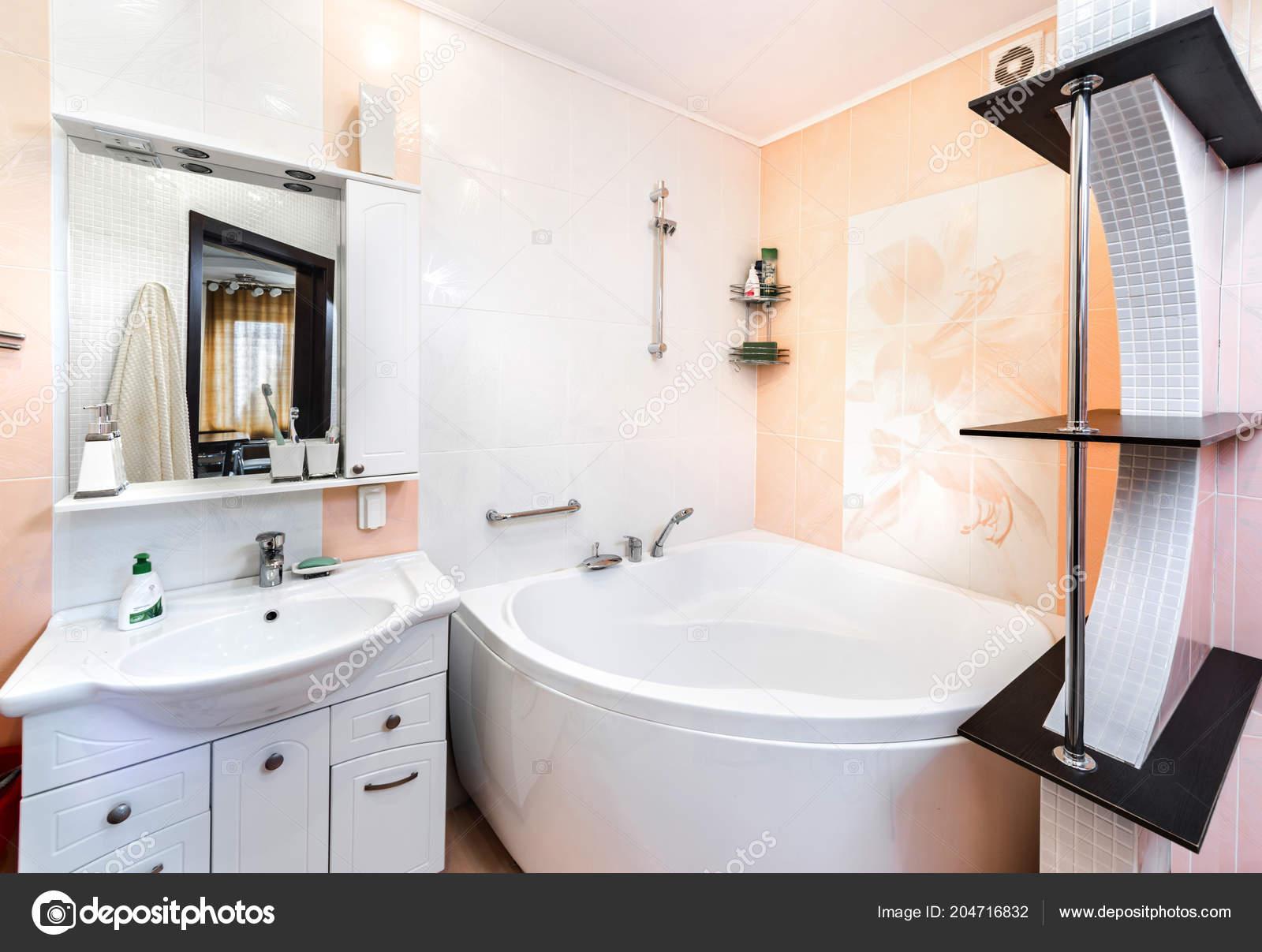 Badezimmer Mit Toilette Und Whirlpool — Stockfoto ...