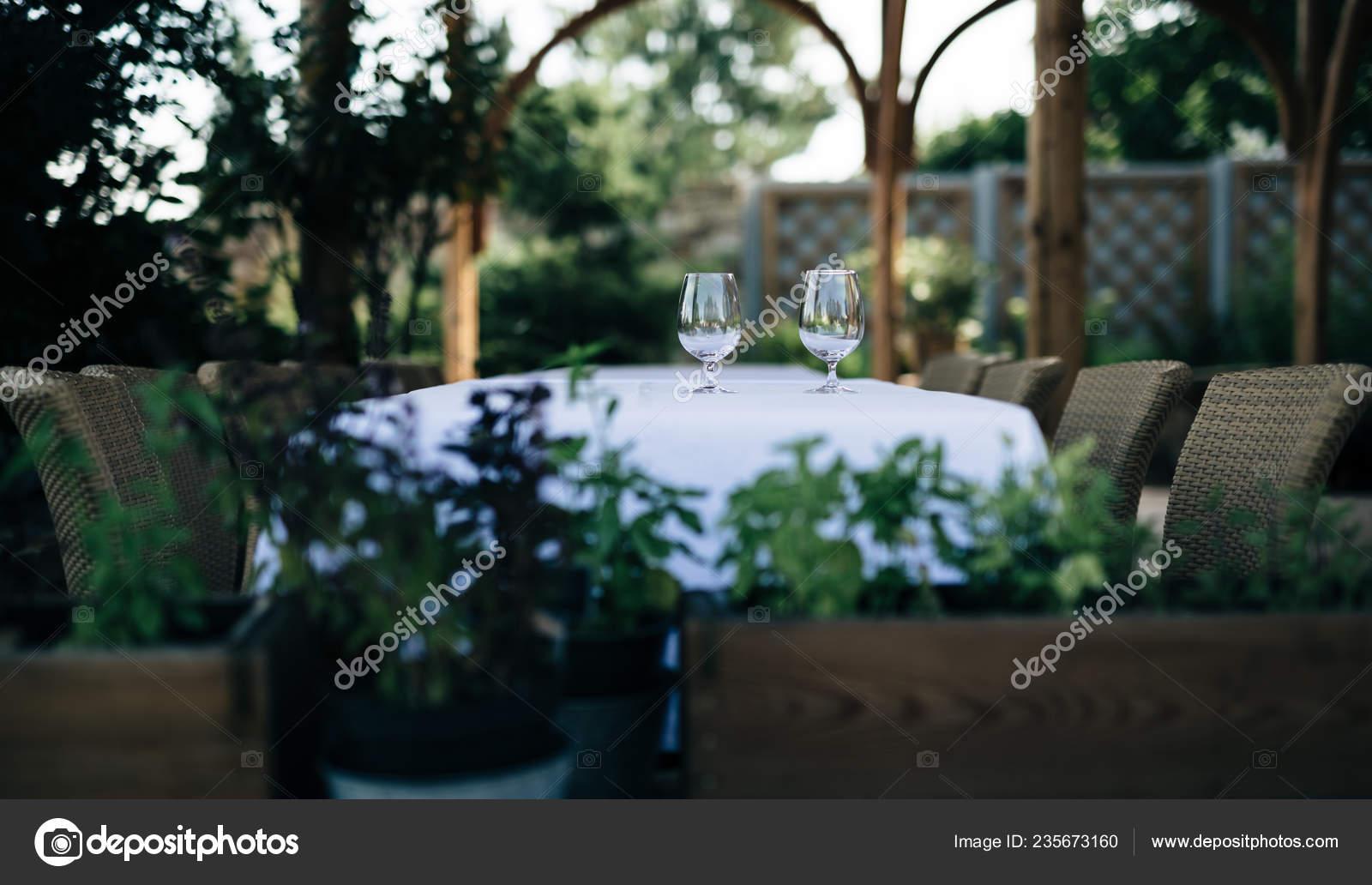 Terraza Con Mesa Sillas Jardín Mesa Está Decorada Con Par