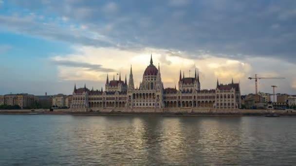 Napi éjszakai idő telik el a magyar Parlament épülete Budapest City, Magyarország timelapse 4k