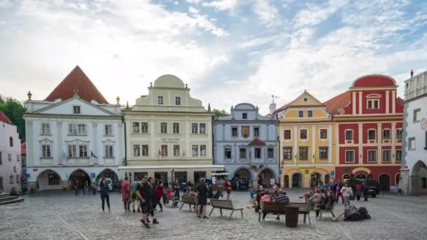 Český Krumlov, Česká republika - 6. května 2018: Timelapse video lidí jsou travlling v Český Krumlov Staroměstského náměstí v České republice