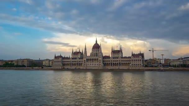 Éjszakai timelapse-Országház a budapesti city, Magyarország idő telik el a nap