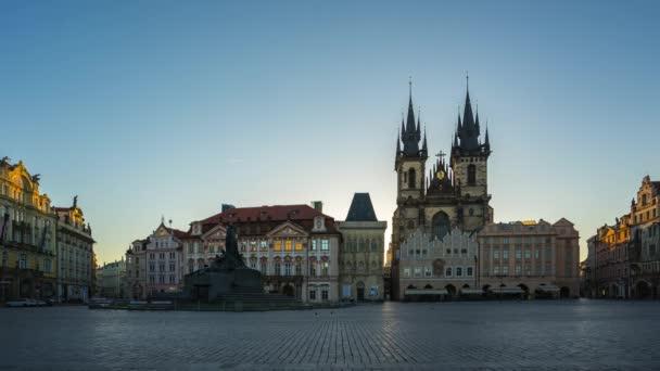 Časosběrné video z pražské Staroměstské náměstí s východem slunce v českém timelapse 4k