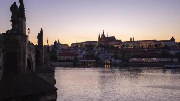 Den na noční timelapse pražského Starého města v České republice v noci časová prodleva 4k