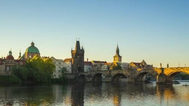 Časosběrné video z pražského Starého města s východem slunce v českém timelapse 4k