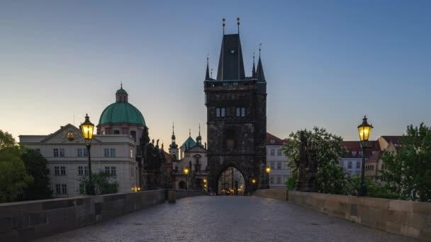 Praha Staré město s výhledem na Karlův most v českém timelapse 4k