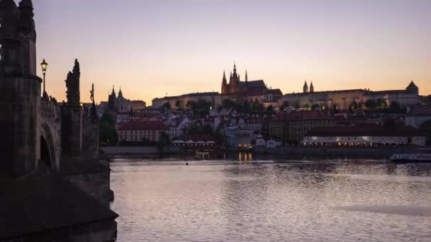 Karlův most v Praze, český den na noc časová prodleva starého města pražského v České republice