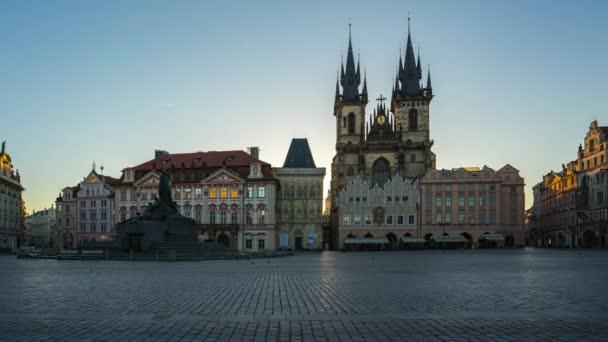 Pražské Staroměstské náměstí sunrise časová prodleva v České republice timelapse
