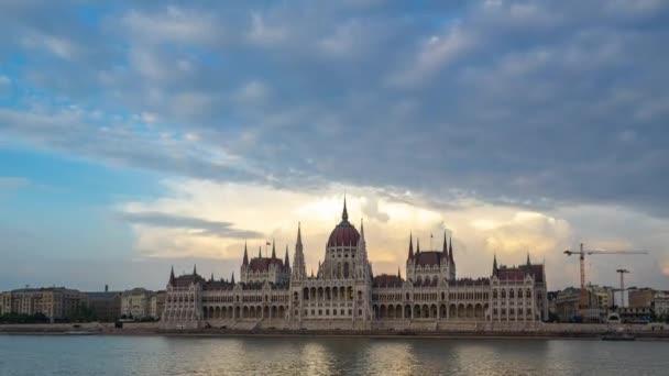 Budapesti nap éjszaka timelapse a Parlament épülete és a Duna magyarországi