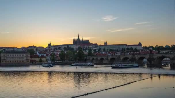 Praha časová prodleva s výhledem na Vltavu v Praha, Česká republika den do noci časová prodleva