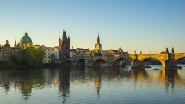 Krásný Karlův most s východem slunce v Praze, Česká republika