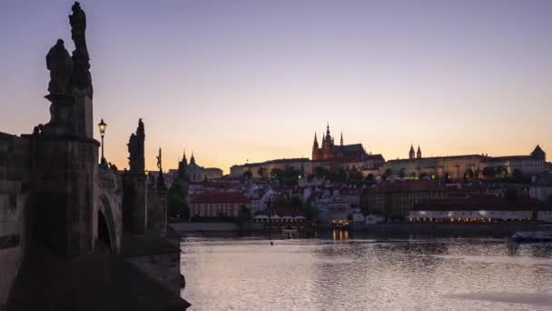 Vltavy s výhledem na pražské Staré město denní na noční timelapse v městě Praha, Česká
