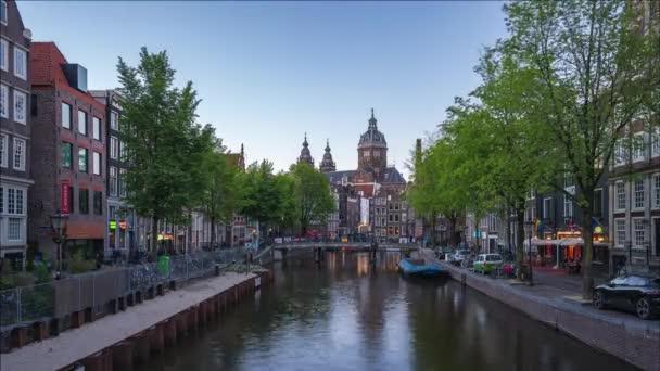 amsterdam city skyline Tag-Nacht-Zeitraffer mit Kirche des Heiligen Nikolaus Wahrzeichen in amsterdam city, Niederlande