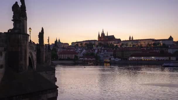 Den do noci, video z pražského Starého města v České republice.