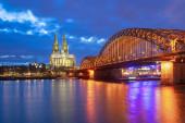 Hohenzollernbrücke mit Kölner Dom bei Nacht in Köln