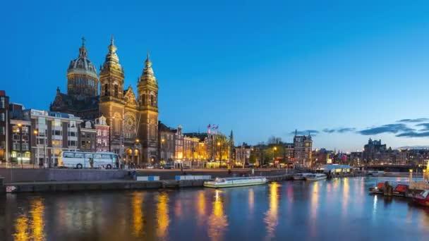 Amsterdam městská krajina s výhledem na kanál a kostel 4K noční časová prodleva.