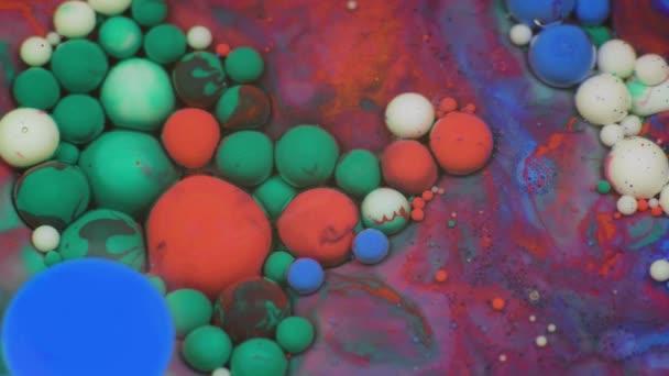 Csodálatos színes buborékok, festék, olaj felszínén. Festék, olaj.
