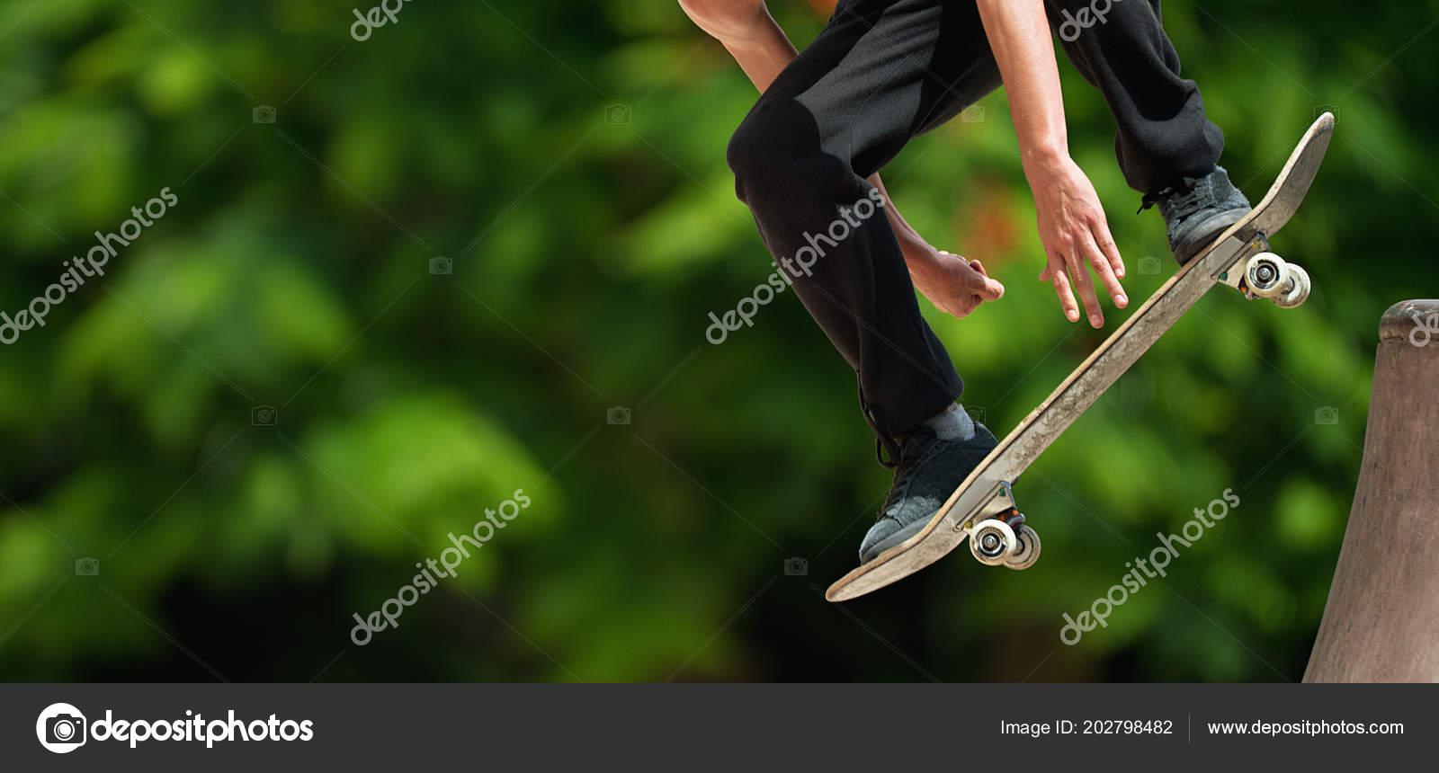 58f66be1 Skate Voando Sobre Uma Rampa Skatista Praticando Parque Skate — Fotografia  de Stock