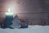 Adventskerze und Tannenbaum. Weihnachtskarte.