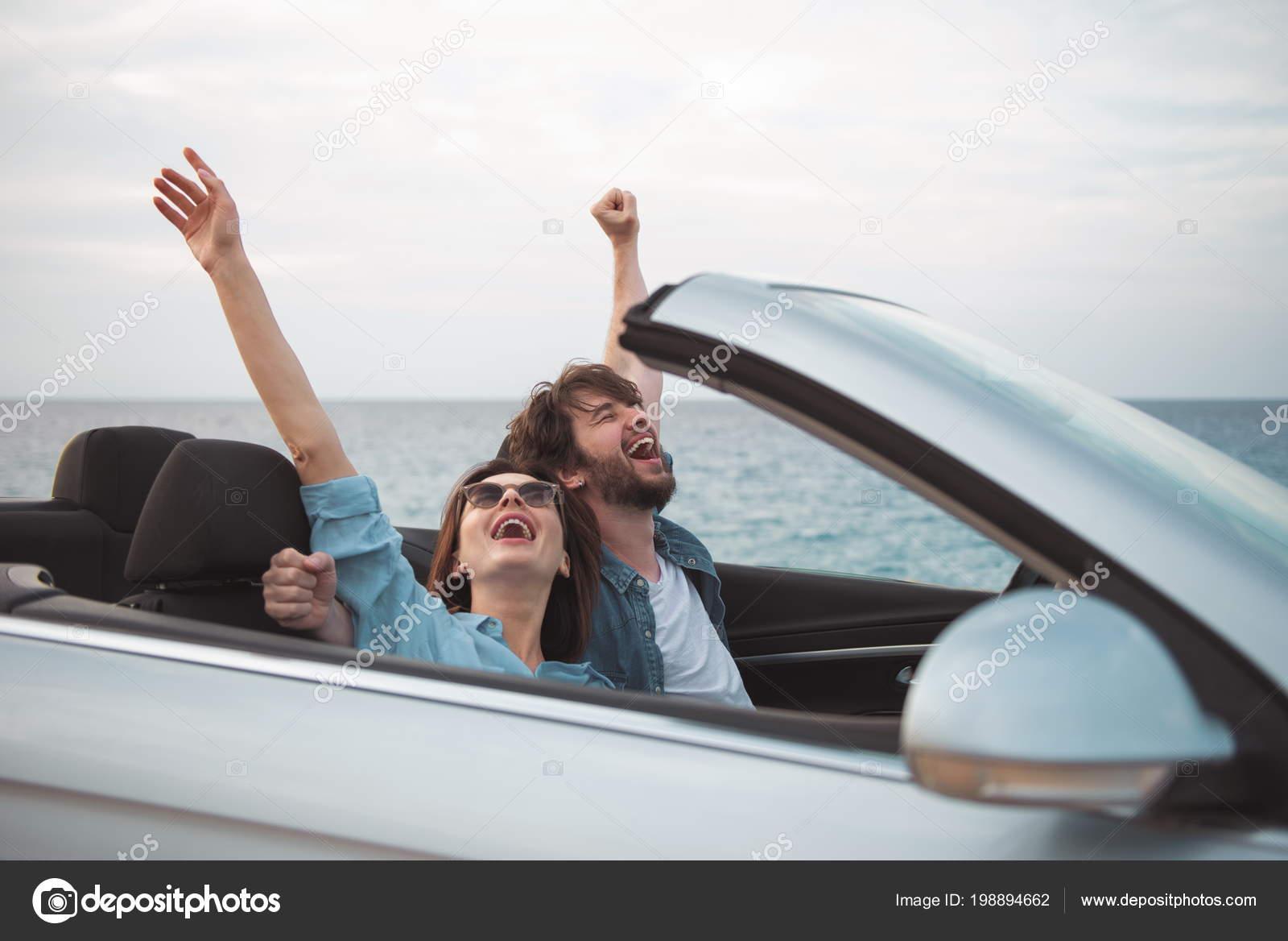321c81f7971 Ze zijn het uitdrukken van vreugde met opgeheven handen terwijl u geniet  van de zomervakantie — Foto van ...