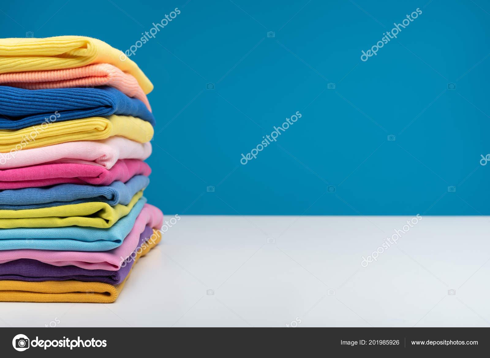 Liegend Kleidung Stockfoto Nach — Tisch Helle Waschen Dem Auf rxCsdBthQ