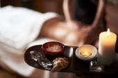 Detailní záběr masáž minerální soli ve spa salonu