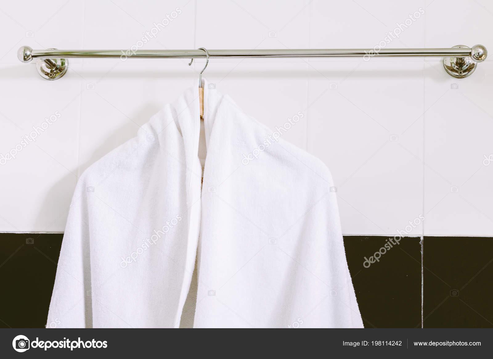 Portasciugamani Bagno Muro : Tovagliolo bianco sulla portasciugamani acciaio inox sul muro