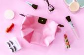 A rózsaszín háttér kozmetikumok