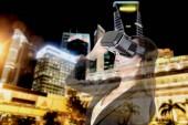 Junge Frau mit virtual-Reality-Brille auf Stadt Hintergrund genießen