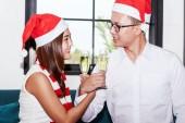 Fotografie Junges paar feiert und Gläser Champagner zu Hause halten