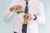 Fotografia Scienziato del laboratorio soluzione nelle apparecchiature di bicchieri di miscelazione