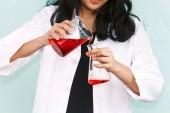 Studenti lavorano e fare prove chimiche nella classe di chimica. Concetto di scienza della formazione