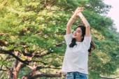 Žena stojící roztáhnout ruce relaxovat a užívat si přírody čerstvý vzduch