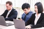 Fényképek Üzletemberek használ laptop, és megvitassa együtt, a konferencia terem. Csapatmunka-szemlélet