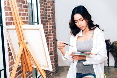 """Картина, постер, плакат, фотообои """"молодая художница рисует на холсте с цветовой палитрой и акварельными красками дома """", артикул 205913640"""
