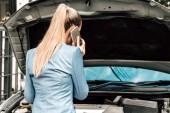 Žena volá o pomoc s rozdělené motor na ulici