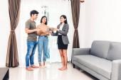 Immobilienmakler mit Tablet und Gespräch mit jungem Paar in einem zum Verkauf stehenden Haus. Geschäfts- und Immobilienkonzept