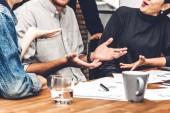 Skupina pracovní neformální obchodní a diskuse o strategy.creative podnikání lidé, plánování a debatovat v moderní práci podkroví. Koncepce týmové práce