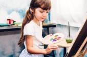 Kislány művész színes paletta, akvarell festék, otthon a vászon rajz