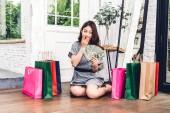 Fotografie Žena nákup se v obchodě s barevnými nákupní bag.fashion nákupní koncept