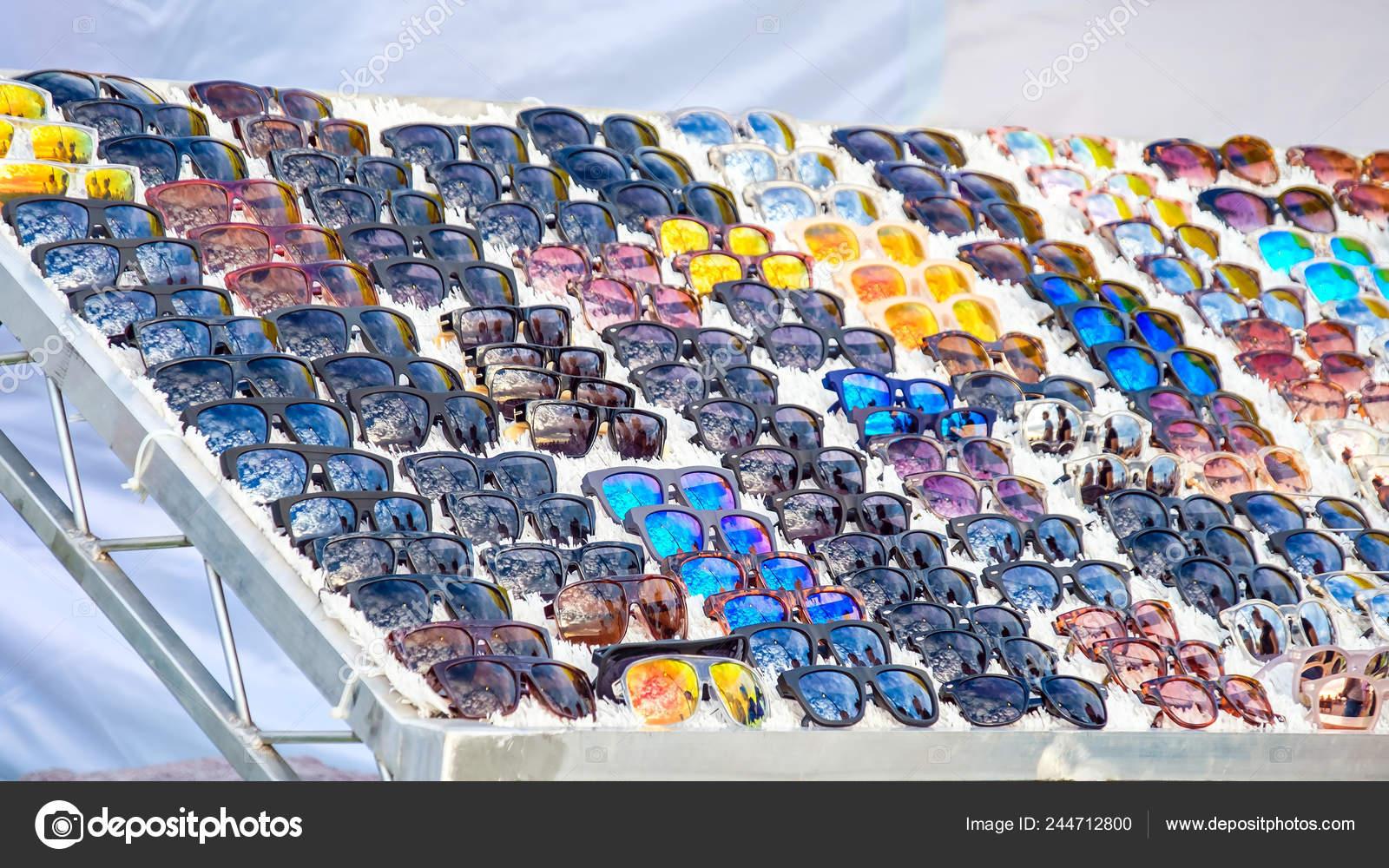 eadeeaedce Colorida variedad de gafas de sol baratas en puesto de mercado para la venta–  Imagen de Archivo