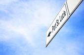 Bílé tabule s šipkou ukazující vlevo směrem k Port St. Lucie, Florida, Usa, mlhavé modré oblohy v pojetí cestování, navigace a směr. Cesta pro vývěskách