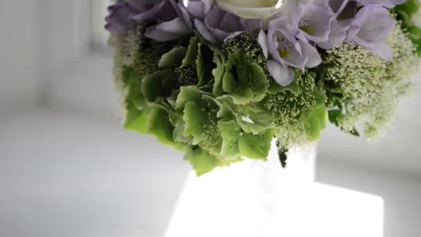 Kytice s bílými a fialovými květy
