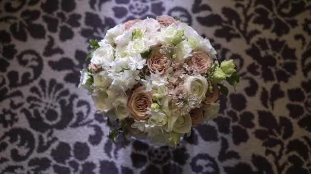 Csokor, fehér és rózsaszín virágokkal