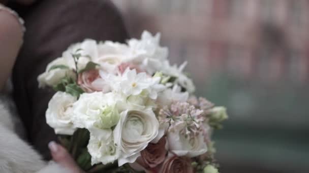 Nevěsta s všeobjímající ženich svatební kytice